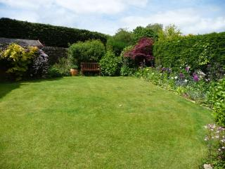 Peaceful, private and very tranquil south facing garden, BBQ & garden furniture for guests use.
