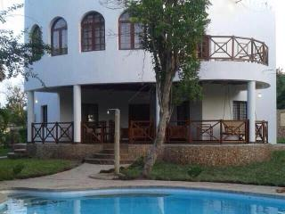Sea view, Private pool, security, clean, free wifi, fresh water! Heart of Diani!