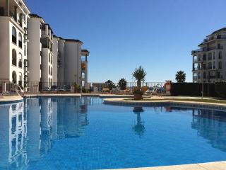 Front Line Apartment overlooking pool and beach, Puerto de la Duquesa