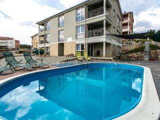 Bayview Apartments, Cizici