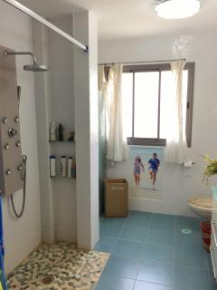 Child friendly, beached-themed bathroom, with a 10 kg washing machine and a 15 kg tumble dryer.