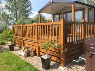 Luxury Lakeside retreat - Private Hot Tub, Tattershall
