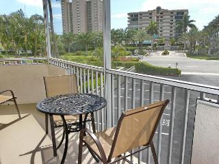 Bright, airy condo w/ short walk to the finest beaches & shopping