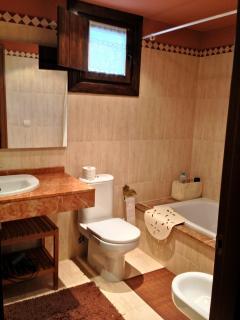 Baño completo de la habitación principal con ventana al exterior