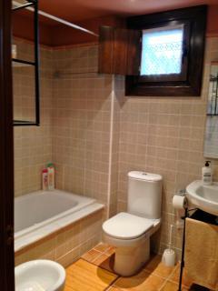 segundo baño completo con ventana al exterior