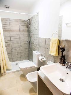 Cuarto de baño moderno y funcional