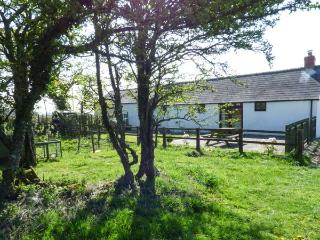 HILL TOP FARM COTTAGE family-friendly, woodburning stove, all ground floor in Na