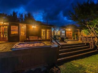 Waterfall Beach House - w/ hot tub, near beach, Waimanalo