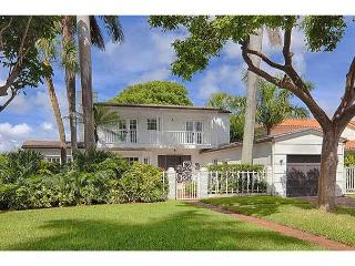 Spacious Waterfront Villa, 3BR/3BA, private deck on the bay, barbecue, North Bay Village