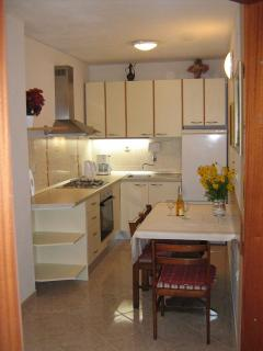 A1 Zapad (2+2): kitchen and dining room