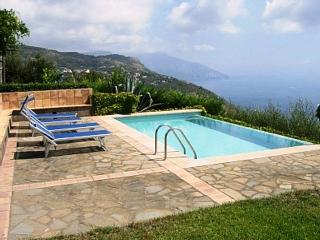 Incredible Villa Raffaella, private pool, sea view, wifi, free parking, sleeps 8