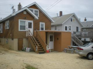 Seaside Heights  Apt2 upstairs 1/2 block to beach