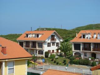 Bright penthouse apartment near the Cantabrian coast with sea views - walk to Playa de Comillas!, Ruiloba
