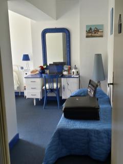un bureau et lit d'appoint à disposition, ce dernier pouvant servir de canapé !