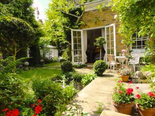 Quiet Central Garden Apartment, romantic luxury., London