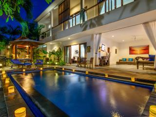 Bali Villas R us - Seminyak 4 bedrooms just behind Ultimo restaurant