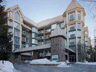 Woodrun Lodge #211 | 2 Bedroom & Den, Ski-In/Ski-Out Access, Shared Hot Tub