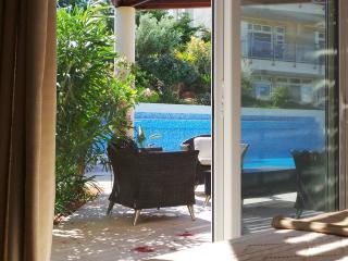 Spacious luxury pool side bungalow, Makrys-Gialos