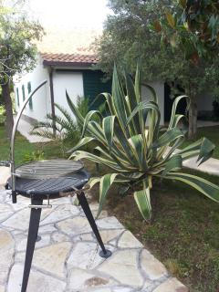 In giardino c'è un camino alto. Ma c'è anche un barbecue.