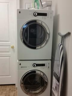 Ultra Convenient - En-suite laundry (for guests staying 6+ days)