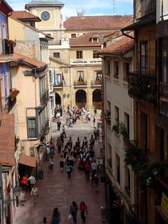 Calle del apartamento, Al fondo el Ayuntamiento