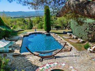 Traditional stone house in Provence w/ pool, sun terrace, stunning mountain views – near Aix, Cassis, Rousset