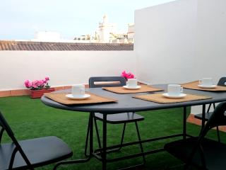 Central apartment in Puerto de Santa Maria w/ air con & terrace – next to Osborne Bodegas & Theatre, El Puerto de Santa Maria