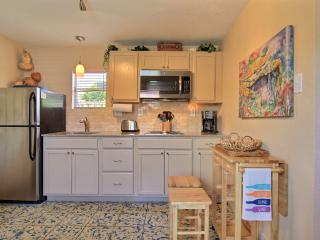 Palm Breeze Cottage at Spanish Village, BONUS screened-in cabana area!, Port Aransas