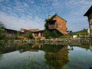 Eko-etno selo Stara Kapela, Tucina kuca, stala