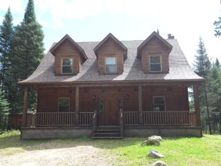 Quiet 4 bdrm Riverfront Getaway in Mont-Tremblant, Lac-Superieur