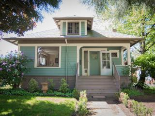 Downtown Charming & Historic Newberg Bungalow
