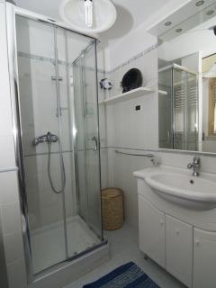 Bagno con doccia vista 2