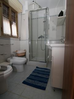 Bagno con doccia vista 3