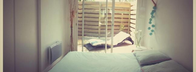 La çhambre avec terrasse à l arrière de l appartement