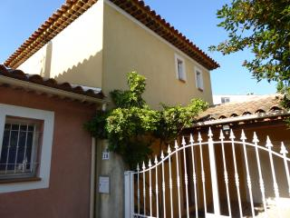Lovely villa with private pool, 5 minutes from town centre shops, Mairie and beaches