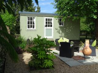 """Elderflower"" self catering Shepherds Hut, Pulborough"