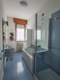 Bagno con vasca idromassaggio e doccia
