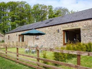 POPPY COTTAGE, woodburner, WiFi, zip/link beds, fenced garden with furniture, ne