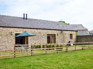 POPPY COTTAGE, woodburner, WiFi, zip/link beds, fenced garden with furniture, ne