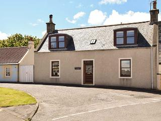 DELLWOOD COTTAGE, sea views, WiFi, next to the coast, charming cottage in Cullen