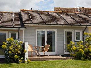 SALTBOX 10, open plan living, WiFi, romantic cottage, near beach, superb facilties, Yarmouth, Ref. 922473