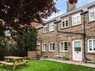 GANAREW COTTAGE, stone-flagged floors and ceiling beams, WiFi, woodburner, en-suite, zip/link beds, near Whitchurch, Ref 922307