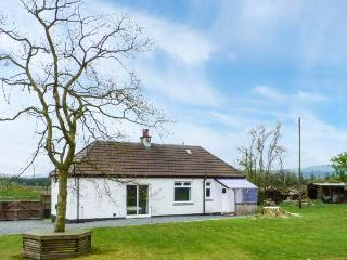 GAMEPARK WOOD, woodburner, Sky TV, WiFi, pet-friendly cottage near Castle Dougla
