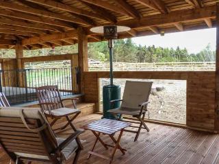 GAMEPARK WOOD, woodburner, Sky TV, WiFi, pet-friendly cottage near Castle Douglas, Ref. 922698