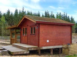 GAMEPARK WOOD, woodburner, Sky TV, WiFi, pet-friendly cottage near Castle Dougla