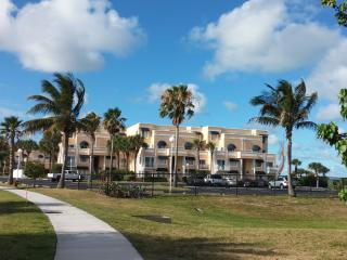 Spacious 1 bedroom Furnished Condo Sandy Beaches, Cape Canaveral