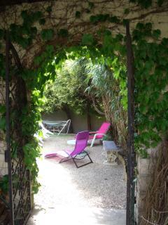 le passage entre le jardin et le patio