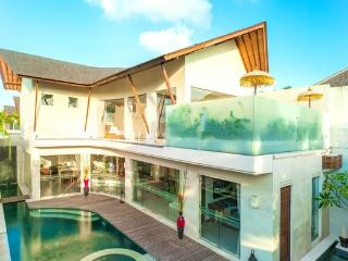 PROMO! 4BR POOL W/ JACUZZI IN THE HEART OF SEMINYAK