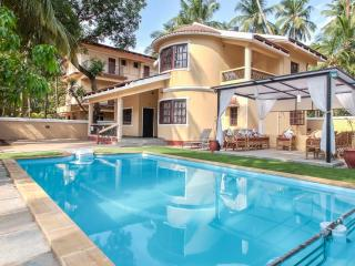 Lush, Chic Villa, with Pool and Garden Views, 10 mins walk to Calangute Beach