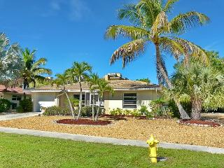 Cozy house w/ sunroom, heated pool, hot tub & short walk to beach, Isla Marco